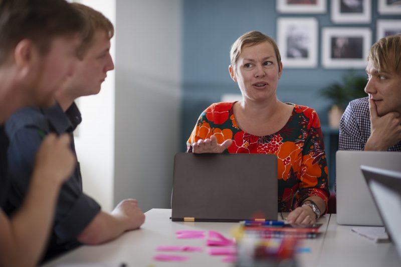 Malin Valsö från Elevhälsokonsulterna sitter vid ett bord och pratar med klienter